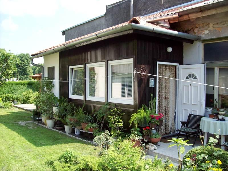 Dvorišni stan-kuća s malim vrtom, strogi centar