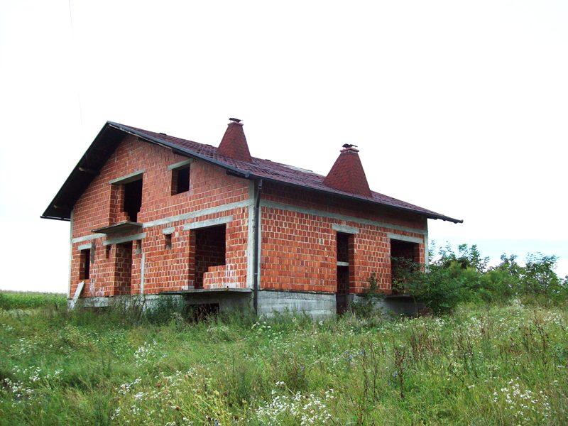 Križevci - nedovršena obiteljska kuća udaljena 1800 m od centra